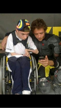 Extremely moving image of Valentino Rossi taking some time out with one his fans! Motogp Valentino Rossi, Valentino Rossi 46, Hummer, Vale Rossi, Nicky Hayden, Vr46, Racing Motorcycles, Motorcycle Racers, Isle Of Man
