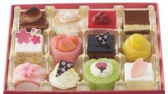 春のケーキを詰め合わせ銀座コージーコーナーにお花見パーティー--桜がのった抹茶ロールも