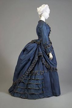 A lovely French blue bustle dress. Silk taffeta day dress, French, circa 1870 from KSUM -Kent State University Museum. Vintage Outfits, Vintage Gowns, Vintage Mode, Vintage Hats, 1870s Fashion, Edwardian Fashion, Vintage Fashion, Gothic Fashion, Antique Clothing