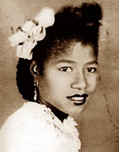 A cluster of flowers is what it takes for a young Katherine Jackson. Her future was to become mother of Michael Jackson. The Jackson Five, Jackson Family, Janet Jackson, Michael Jackson, Vintage Black Glamour, Vintage Glam, Vintage Beauty, Black Celebrities, Celebs