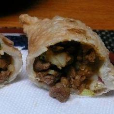 Receta Enviada por SaboresArgentinos.net Ingredientes: Tapas de empanadas para freír, 1 paquete Grasa de pella, cant. nec. (o manteca de cerdo) Aceite de girasol, cant. nec. Relleno: Carne de ternera cortada en cubos chiquititos, 250 gr. Grasa de pella, 2 o 3 cdas. (o manteca de cerdo) Cebolla, 200 gr. Cebolla Baked Empanadas, Argentina Food, Calzone, Quesadilla, Savoury Cake, Burritos, Pop Tarts, Tacos, Meat