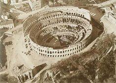 Veduta aerea della valle dell'Anfiteatro con il basamento del colosso di Nerone, la meta Sudans e l'Arco di Costantino in una foto di circa il 1895.