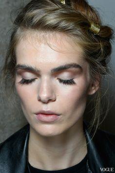 Золотой макияж и прически в стиле 80-х на шоу Alberta Ferretti