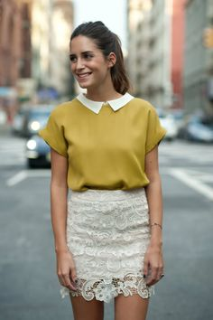 Gala Gonzalez veste saia de renda com top mostarda. Via Aremo