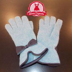Nunca pasarás frío con este bonito guante de lana en color azul claro con adorno de lazo en cuero azul marino #guantes #fashion #retro  #azul #lazo #almacoqueta #leonesp #invierno #piel