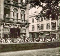 The Swatow Weng Lee Co. stood at 52, Nathan Road. In the photo, we see the parade marching south down Nathan Road towards Salisbury Road. I suspect that the parade might have started at Whitfield Barracks (now Kowloon Park). http://www.kingsownmuseum.com/gallery4559hongkong05b.htm