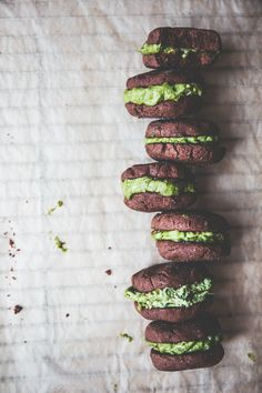 Oven-fresh Vegan Chocolate Cookies sandwiches with nutty sweet Matcha Cashew Filling. It's Sugar-free, Guilt-free & DELICIOUS Treats for everyone! Vegan Sweets, Vegan Desserts, Vegan Recipes, Plated Desserts, Vegan Chocolate Cookies, Delicious Chocolate, Matcha Powder Benefits, Matcha Dessert, Green Tea Recipes