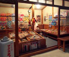 Try lots of traditional candies at a Dagashiya Japanese Shop, Japanese Candy, Japanese Sweets, Candy Store Display, Toy Display, Jelly Cookies, Shortbread Cookies, Candy Place, Old Candy