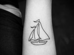 Continuous line sailboat tattoo on the left forearm.Obra de Mo Ganji