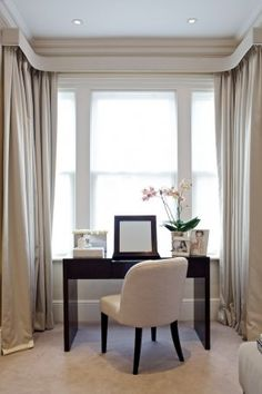 Ineterlined silk pencil pleat curtains, narrow box pelmet, voile panels Interior Case Study: Sophie Paterson Interiors and the Urban Family Home Bay Window Drapes, Window Pelmets, Curtain Styles, Curtain Designs, Pleated Curtains, Curtains With Blinds, Wide Curtains, Bay Window Dressing, Dressing Table Under Window