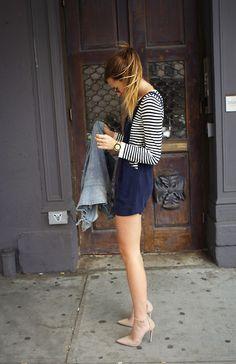 Estilo de rua, macacão de verão, blusa listrada. Azul com preto e branco.
