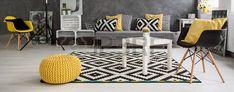 körkép a tágas modern nappali rendezett skandináv stílusban berendezett szürke és fehér sárga elemek Stock fotó