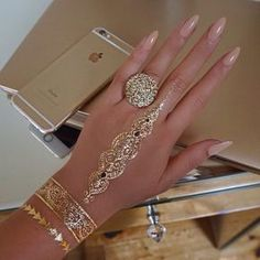 Attractive and Beauteous Gold Henna Tattoos that Are Perfect Synonyms of 'Glamorous' Your search for the perfect gold henna tattoo design ends here. Embrace some of the mind-blowing gold henna tattoo designs right here. Henna Tattoo Designs, Henna Tattoos, Mehndi Tattoo, Gold Henna, White Henna, Hand Jewelry, Body Jewelry, Jewellery, Cute Nails