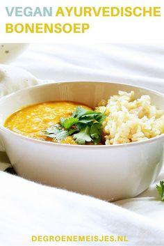 Deze ayurvedische bonensoep is niet alleen heel kleurrijk, maar ook nog eens heerlijk comfortfood. En heel makkelijk om te maken. Met o.a. witte bonen, bruine bonen, wortels, kurkuma, komijnzaad. Combineer het met bruine jasmijnrijst. Lees het recept op de blog #ayurvedisch #vegan #bonensoep