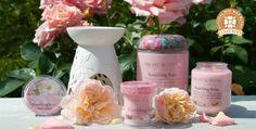 Rosa del Tramonto La delicata fragranza della rosa selvatica unisce con delicatezza la dolcezza e il calore per creare un profumo soft e nostalgico.