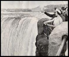 Vizita lui George VI al Marii Britanii în Canada, mai 1939. George şi Elisabeta la Cascada Niagara.