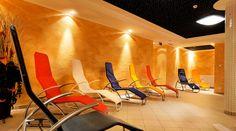 Wellness im Hotel Auwirt - Eine Sauna, ein Dampfbad, eine Infrarotkabine und ein Solarium vertreiben die Alltagsmüdigkeit und sorgen für ein rundum ausgeglichenes Lebensgefühl. Solarium, Sauna, Modern, Wellness, Chair, Furniture, Home Decor, Steam Bath, Recliner