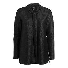 En feminin, stilsäker glittrande blus med ett vackert knytband i halsen. Bär tillsammans med smala svarta byxor eller jeans på dagen och dressa upp med en snygg kjol.