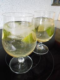 Aperitif Hugo - Prosecco elderflower sirup, mineral water and lime