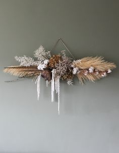 Dried wall hanging arrangement of Cotton, Protea, Hydrangea and pampas grass Deco Floral, Arte Floral, Floral Wall, Hanging Flower Wall, Flower Wall Decor, Flower Decorations, Dried Flower Wreaths, Dried Flowers, Flower Installation