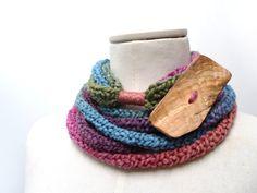 Sciarpa collana ad anello realizzata a maglia - filato sfumato rosa, viola, blu, verde e ruggine con bottone gigante in legno - Handmade