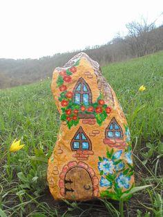 Роспись по природному камню ручной работы акриловыми красками. Декоративный домик для сада.