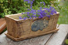 truhlík - kočka - /na objednávku/ truhlík je keramický , dlouhý 32cm, široký 13,5, vysoký 13 cm. je s podmiskou, která je glazovaná. truhlík má na dně čtyři dirky na odtok vody. každý kus je originál, tedy i kočička pokaždé může vyjít jinak