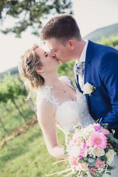 Times New Roman, Videos, Fit, Wedding Dresses, Fashion, Wedding Bride, Wedding, Bride Dresses, Moda