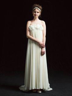 ギンザ クチュール ナオコ(GINZA COUTURE NAOCO)  銀座本店胸もとに花モチーフの装飾をあしらった、スウィート&ロマンティックなプリーツドレス。