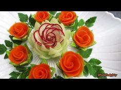 Attractive Garnish of Radish & Carrot Rose Flowers with Onion & Cilantro Designs… Attractive Garnish of Radish & Carrot Rose Radish Flowers, Cucumber Flower, Carrot Flowers, Rose Flowers, Rose Petals, Vegetable Decoration, Food Decoration, Deco Fruit, Creative Food Art