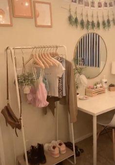 Small Room Design Bedroom, Bedroom Ideas For Small Rooms Diy, Dorm Room Designs, Room Ideas Bedroom, Tiny Bedrooms, Decorating Small Bedrooms, Unique Teen Bedrooms, Diy Room Ideas, Small Teen Room