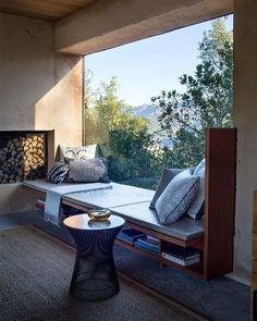 лежанка под прозореца - отдолу шкафче за книги? прах?