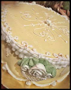 Cake design in royal icing by Titti Gualtieri A&D  #royalicing #ghiacciareale #tittigualtieri #tortacompleanno #cakedesign #cake #torteinghiaccia