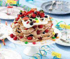 Barnsligt god är den här pannkakstårtan med mjölkchokladfyllning. Både vacker att se på och underbar att sätta tänderna i. Alla barnens favorittårta men snåla inte när du lagar den här godingen, den slinker ner hos de vuxna också!