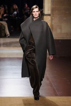 Hermès Fall out the final day of Paris Fashion Week, Hermès' Christophe Lemaire presented a fall-winter 2014 collection with a menswear-inspired… 2014 Fashion Trends, Fashion 101, Fashion Week, Runway Fashion, Fashion Show, Autumn Fashion, Fashion Design, Paris Fashion, Hermes