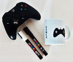 Tasse Posca DIY. feutres posca customiser ce mug pour en faire un véritable gadget geek. Trente minutes au four à 220°C suffisent à fixer la peinture (au moins deux couches).