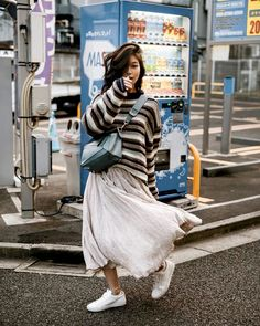 50 Stylish and Comfy Winter Dresses Ideas 26 The Effective Pictures We Offer You About Womens Street Style autumn A quality picture can tell you many things. You can find the most beautiful pictures t Cozy Fall Outfits, Cool Outfits, Stylish Outfits, Beautiful Outfits, Winter Skirt, Winter Dresses, Autumn Street Style, Street Style Women, Japanese Winter Fashion