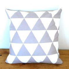 PLONKAs  -  grå og hvit triangel - putetrekk