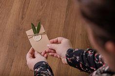 Vyrobte si originálne DIY svadobné oznámenie, pozvanie k svadobnému stolu, ďakovnú svadobnú kartičku alebo originálne menovky na stôl pre hostí. Ak túžite po originalite, vyrobte si jednoduchú pozvánku sami. Nie to vôbec zložité.  Pečatný vosk sa používal na listiny a dokumenty od pradávna a využíva sa aj dnes. Pomocou originálneho kovového pečatidla a pečatného vosku dokážete vyrobiť naozaj originálne kúsky. Playing Cards, Phone, Telephone, Playing Card Games, Mobile Phones, Game Cards, Playing Card