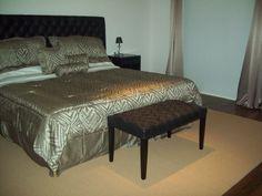 Respaldo y banqueta, tapizados en cuero ecológico, con capitoné Bed, Furniture, Home Decor, Banquettes, Leather, Decoration Home, Stream Bed, Room Decor, Home Furnishings