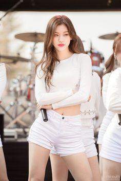 ʚ pin - lloverrose ɞ Cute Asian Girls, Beautiful Asian Girls, Kpop Girl Groups, Kpop Girls, Korean Beauty, Asian Beauty, Kim Sohyun, Kim Doyeon, Stage Outfits