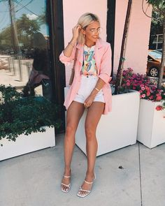 Spring outfit - pink blazer - white shorts - t-shirt Short Outfits, Stylish Outfits, Spring Outfits, Cute Outfits, Fashion Outfits, Ootd Fashion, Look Blazer, Blazer And Shorts, White Shorts