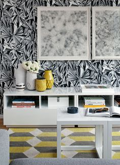 Modern living room with black & white wallpaper, West Elm Hive Vases, glossy white lacquer low cabinet, white Parsons end tables and yellow & gray geometric rug. Best Interior Design, Modern Interior, Interior Styling, Interior Decorating, Black And White Wallpaper, Black White, Yellow Interior, Home Office Design, Mellow Yellow