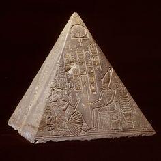 Pyramidion (1550-1070 v.C ) | Op het driehoekige dak van een Egyptische grafkapel stond een 'piramidion'. Dit exemplaar is voor iemand die Paoety heette. Paoety is op twee zijden afgebeeld. Op de ene kant staat hij in aanbidding voor de zonnegod Ra-Horachty en op de andere kant voor Atoem, god van de schepping en van de ondergaande zon. Kom het zelf bestuderen tijdens de tijdelijke tentoonstelling 'Egypte. Land van onsterfelijkheid'. | Rijksmuseum van Oudheden Ancient Aliens, Ancient Egypt, Ancient History, Egyptian Mythology, Egyptian Goddess, Egyptian Party, Great Pyramid Of Giza, Egyptian Queen, Ceramic Art