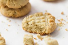 When it comes to shortbread cookies, it's all about the texture and crunch, right? Well, today we're sharing a gluten-free spin on this classic cookie using almond flour instead of all-purpose flour. Gluten Free Almond Cookies, Almond Flour Cookies, Almond Flour Recipes, Shortbread Cookies, Gluten Free Baking, Gluten Free Desserts, Keto Cookies, Gooey Cookies, Protein Cookies
