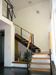 idées d'escaliers pour votre loft :En bois et métal, cet escalier coupé en deux par une plateforme permet d'accéder à une mezzanine dont le garde corps est en fait le prolongement de la rambarde de l'escalier.