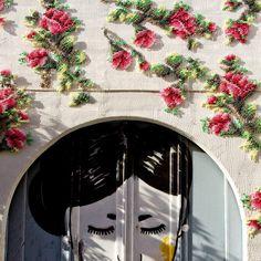 A artista Raquel Rodrigo decora as fachadas dos edifícios de Madrid com os seus incríveis e detalhados bordados em ponto-cruz. Inspirada em pixels a artista utiliza fios grossos envoltos m mala e o…