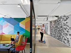 LinkedIn, the world's most popular professional social network recently decided to remodel its New York City office, which is located in the Empire State Building. One of the floors was designed by M Moser . Interior Design Magazine, Office Interior Design, Office Designs, Office Mural, Office Walls, Office Art, Office Spaces, Office Decor, Design Commercial