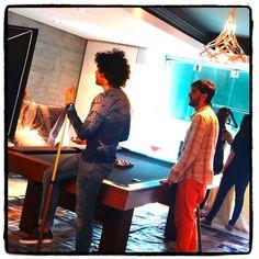 Giancarlo, Roberto y el resto del equipo conversando sobre la puesta en escena. #JoyeriaDeAutor #MakingOf