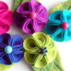 Broche flor de feltro - Design Pétala dobrada!